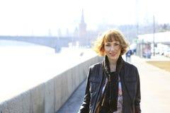 Dziewczyna przychodził podbijać Moskwa. obraz royalty free