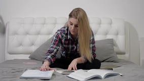 Dziewczyna przygotowywa dyplom zbiory