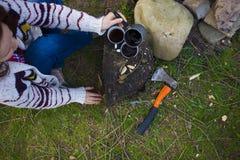 Dziewczyna przygotowywa kawę w naturze Obraz Royalty Free