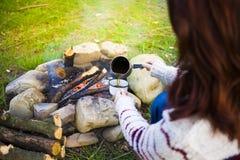 Dziewczyna przygotowywa kawę w naturze Fotografia Stock