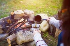 Dziewczyna przygotowywa kawę w naturze Zdjęcia Royalty Free