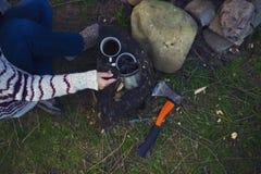 Dziewczyna przygotowywa kawę w naturze Obrazy Royalty Free