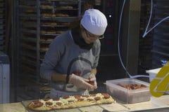 Dziewczyna przygotowywa pizzę wśrodku środkowego rynku w Florencja, Włochy Zdjęcia Royalty Free