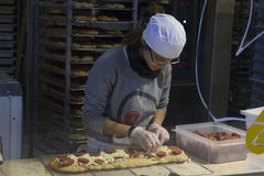 Dziewczyna przygotowywa pizzę Obraz Royalty Free