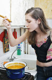 dziewczyna przygotowywa polewkę Fotografia Stock