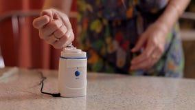 Dziewczyna przygotowywa przyrząd dla inhalaci zdjęcie wideo