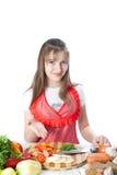 Dziewczyna przygotowywa sałatki i oferuje zdjęcie stock