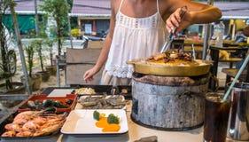 Dziewczyna przygotowywa Tajlandzkiego jedzenie obrazy stock