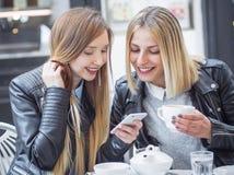Dziewczyna przyjaciele pije kawę Obraz Stock