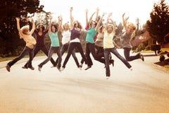 Dziewczyna przyjaciele skacze dla radości Fotografia Stock