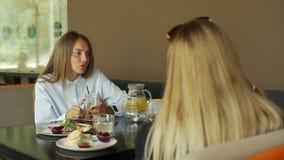 Dziewczyna przyjaciele Spotyka W górę sklepu z kawą w zdjęcie wideo