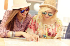 Dziewczyna przyjaciele sprawdza na mapie Zdjęcia Stock