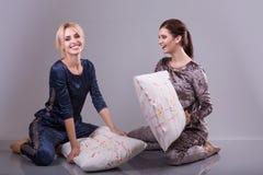 Dziewczyna przyjaciele walczy na poduszkach Aktywna rozrywka Pijamas partyjna chłodno aktywna trybowa świąteczna atmosfera obraz royalty free