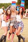 Dziewczyna przyjaciele wiszący przy festiwalem muzyki out wpólnie Fotografia Stock