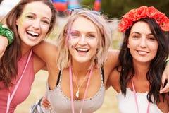 Dziewczyna przyjaciele z rękami wokoło each inny przy festiwalem muzyki Obrazy Stock
