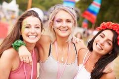 Dziewczyna przyjaciele z rękami wokoło each inny przy festiwalem muzyki Zdjęcie Stock