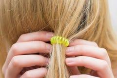 Dziewczyna przymocowywa włosy elastyczny zespół fotografia royalty free
