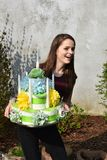 Dziewczyna przynosi urodzinowego tort robić papier toaletowy fotografia stock