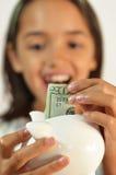 dziewczyna przyszłościowy pieniądze ratuje niektóre obraz stock