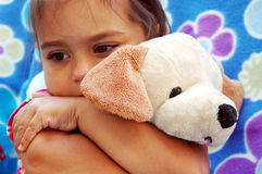 dziewczyna przytul małego pieska Zdjęcie Stock