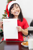 dziewczyna pusty list pokazywać mały Santa Zdjęcie Royalty Free