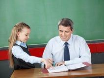 Dziewczyna Pyta pytanie Męski profesor Przy biurkiem Zdjęcie Royalty Free