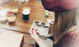 Dziewczyna ręcznie dekoruje czekolady z różnorodnym kropi obrazy stock