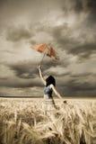 dziewczyna śródpolny parasol Zdjęcie Stock