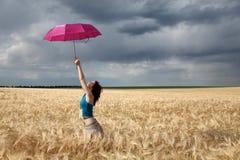 dziewczyna śródpolny parasol Fotografia Stock