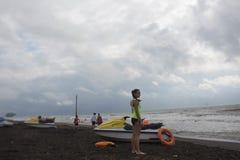 Dziewczyna ratownik utrzymuje na plaży na obowiązku Wodna hulajnoga, ratownika sprzętu ratowniczego preserver pomarańczowy narzęd Fotografia Royalty Free