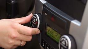 Dziewczyna reguluje klimat kontrola w samochodzie zbiory wideo