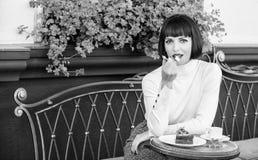 Dziewczyna relaksuje kawiarni z tortowym deserem Wy?mienity poj?cie Przyjemny czas i relaks Wy?mienicie smakosza tort Kobieta fotografia royalty free