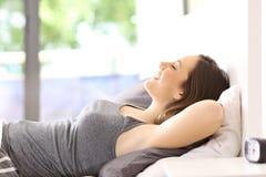 Dziewczyna relaksuje na łóżku w domu zdjęcie royalty free