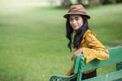 Dziewczyna relaksuje w greenery parku Zdjęcia Royalty Free