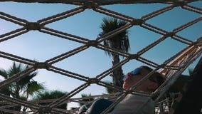 Dziewczyna relaksuje w hamaku blisko palm zdjęcie wideo