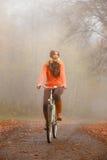 Dziewczyna relaksuje w jesiennym parku z bicyklem Zdjęcie Royalty Free