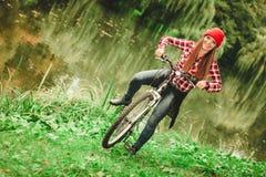 Dziewczyna relaksuje w jesiennym parku z bicyklem Obrazy Royalty Free