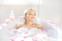 Dziewczyna relaksuje w skąpaniu Obraz Royalty Free