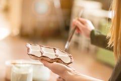 Dziewczyna remisów wzory na earthenware ceramika zdjęcia royalty free