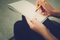 Dziewczyna remisy na papierze, ręki zakończenie obraz royalty free