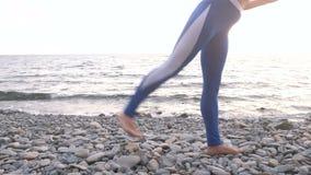 Dziewczyna robi ćwiczenia lunge, nogi dźwignięcie bodyflex podczas oddychania ćwiczy na dennym tle Noga w górę zbiory