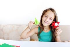 Dziewczyna robi Bożenarodzeniowemu origami Święty Mikołaj, jedlina fotografia stock