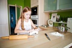 Dziewczyna robi ciastu Obrazy Stock