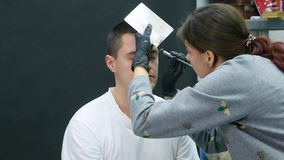 Dziewczyna robi do mężczyzna fachowy makijażu artysty makeup brew zbiory wideo