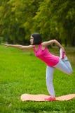 Dziewczyna robi gimnastycznym ćwiczeniom lub ćwiczyć plenerowym Zdjęcia Royalty Free