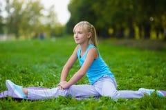 Dziewczyna robi gimnastycznym ćwiczeniom lub ćwiczyć plenerowym Obraz Royalty Free