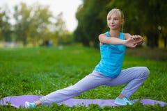 Dziewczyna robi gimnastycznym ćwiczeniom lub ćwiczyć plenerowym Obrazy Royalty Free