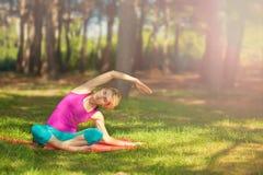 Dziewczyna robi joga outdoors w lesie Ja wspiera zdrowego styl życia zdjęcia stock