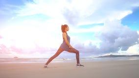 Dziewczyna robi joga pozie na plaży w Wietnam Morze lub ocean szczęśliwi Woda i fala Ręki i niebieskie niebo ćwiczenia Obrazy Royalty Free