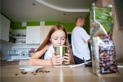 Dziewczyna robi kawie Zdjęcie Royalty Free